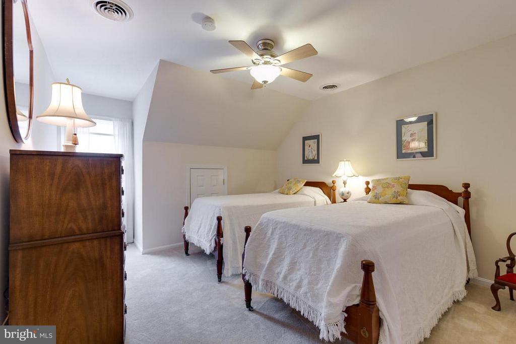 Bedroom 4 upper level with walk-in closet - 12103 METCALF CIR, FAIRFAX