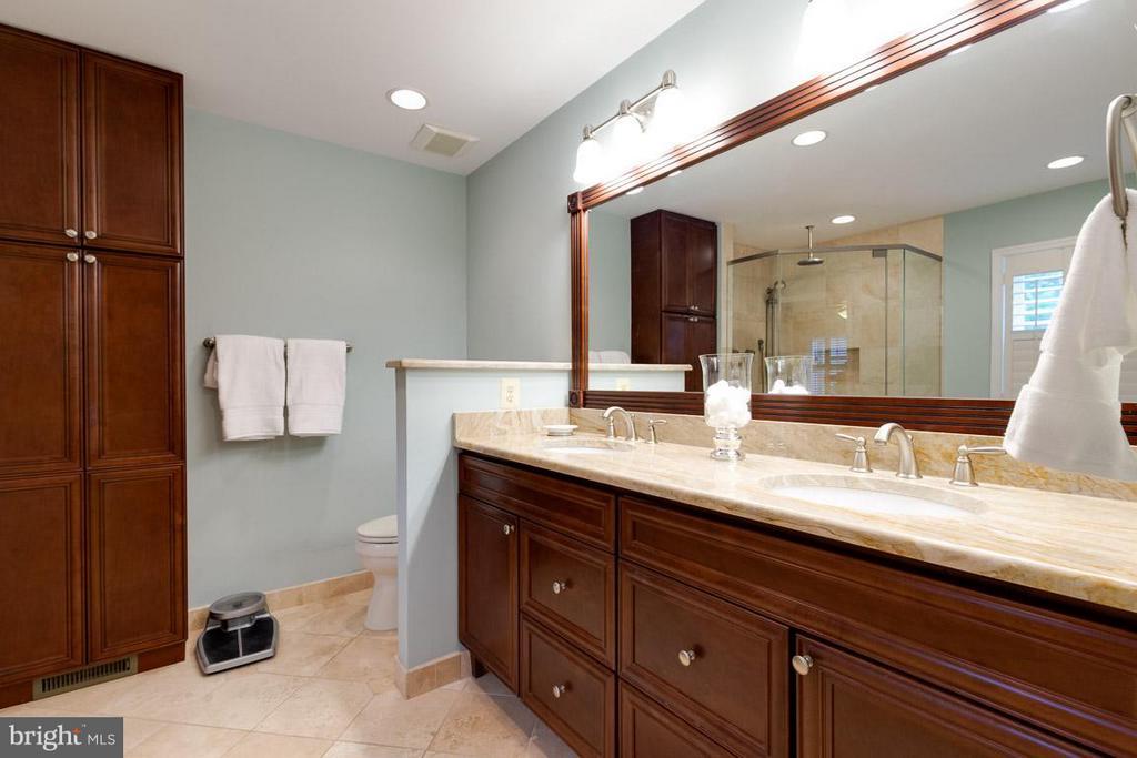 Updated master bathroom - 12103 METCALF CIR, FAIRFAX