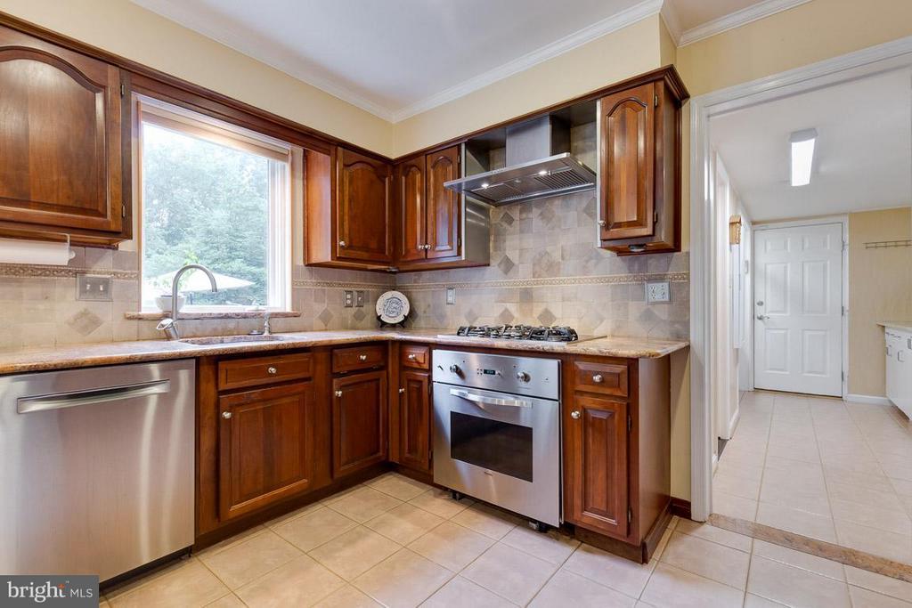 Viking cooking appliances - 12103 METCALF CIR, FAIRFAX