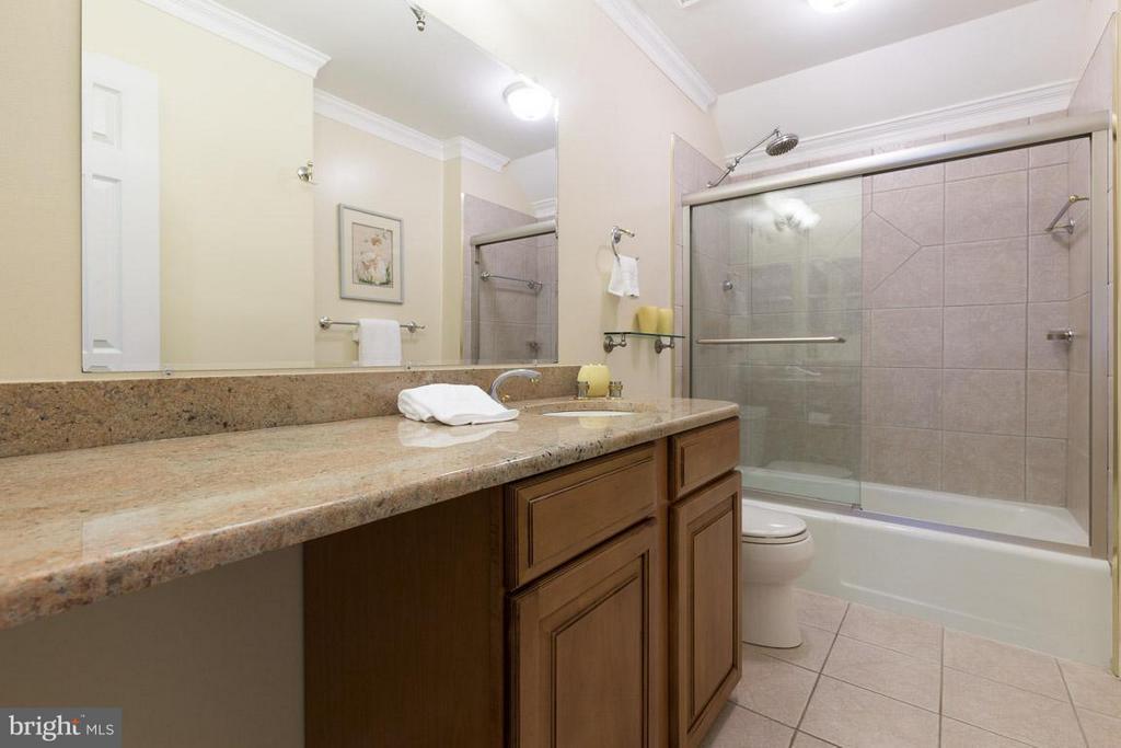 Updated upper level hall bathroom - 12103 METCALF CIR, FAIRFAX