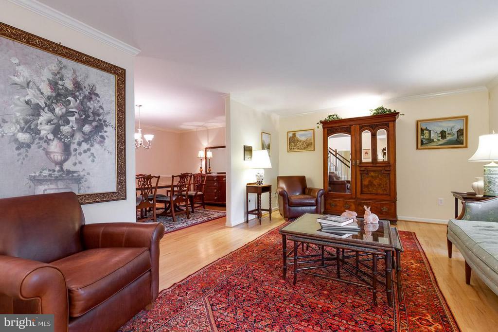 Beautiful living room space - 12103 METCALF CIR, FAIRFAX
