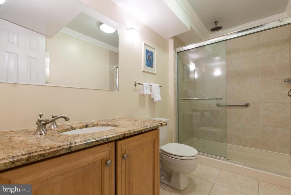 Lower level full bathroom off den - 12103 METCALF CIR, FAIRFAX