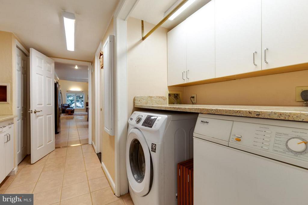 Laundry/mud room off garage and kitchen - 12103 METCALF CIR, FAIRFAX