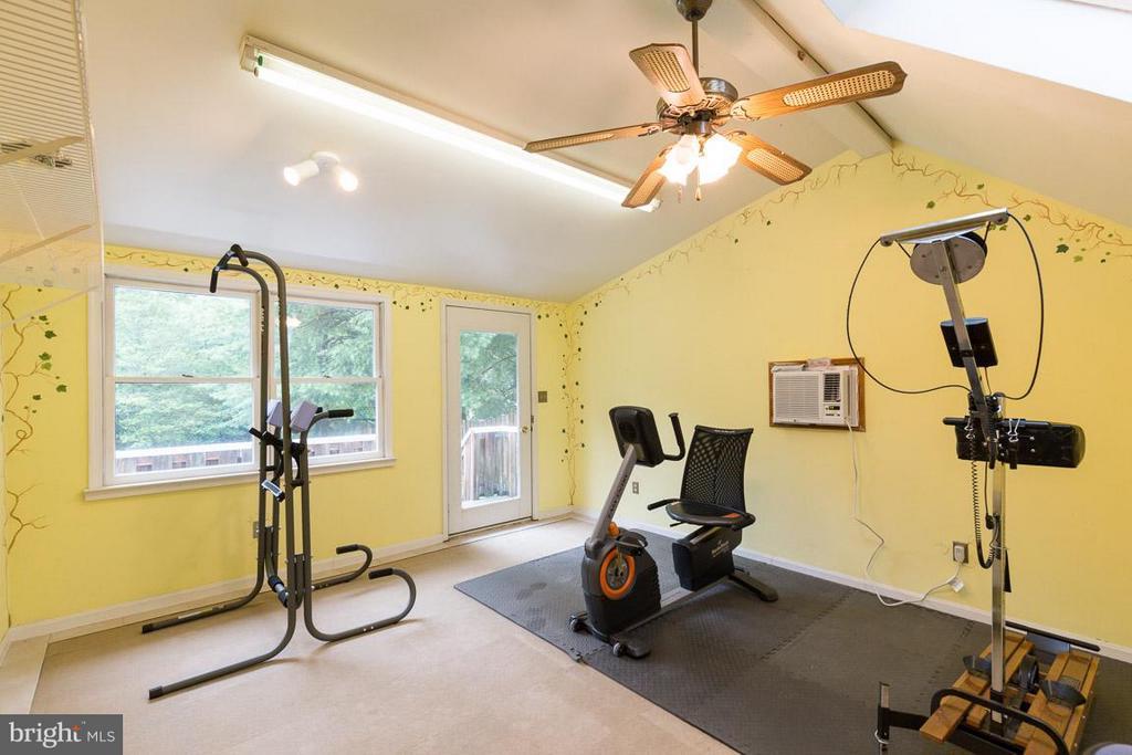 Separate studio, gym, office over garage - 12103 METCALF CIR, FAIRFAX