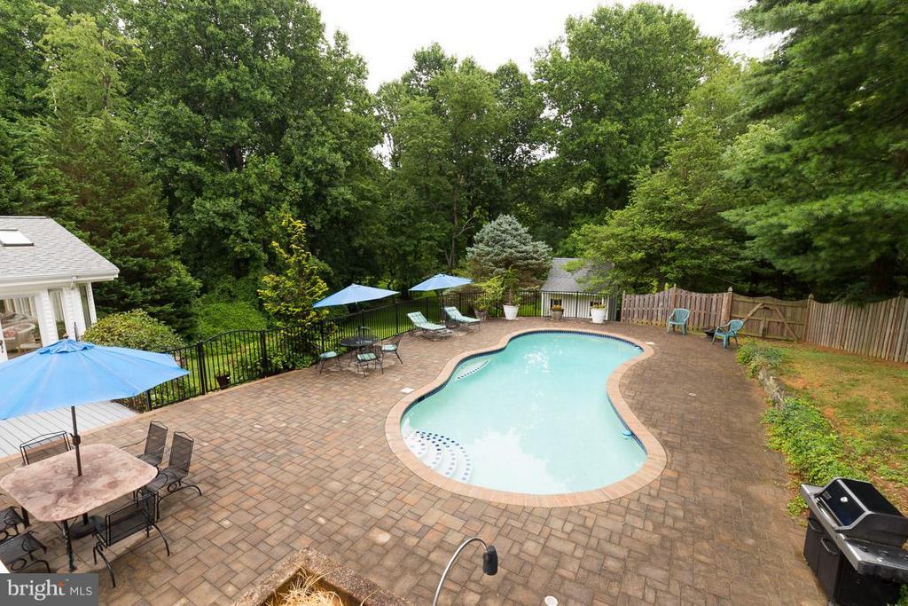 Beautiful pool, lot backs to cleared parkland. - 12103 METCALF CIR, FAIRFAX