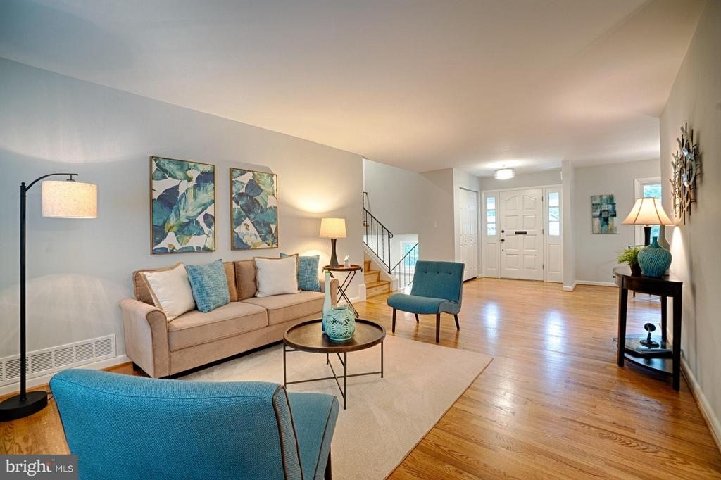 Spacious living room with gleaming hardwood floors - 4407 HILLYER ST, FAIRFAX