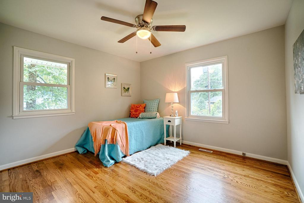 Front bedroom with lots of space for everything. - 4407 HILLYER ST, FAIRFAX