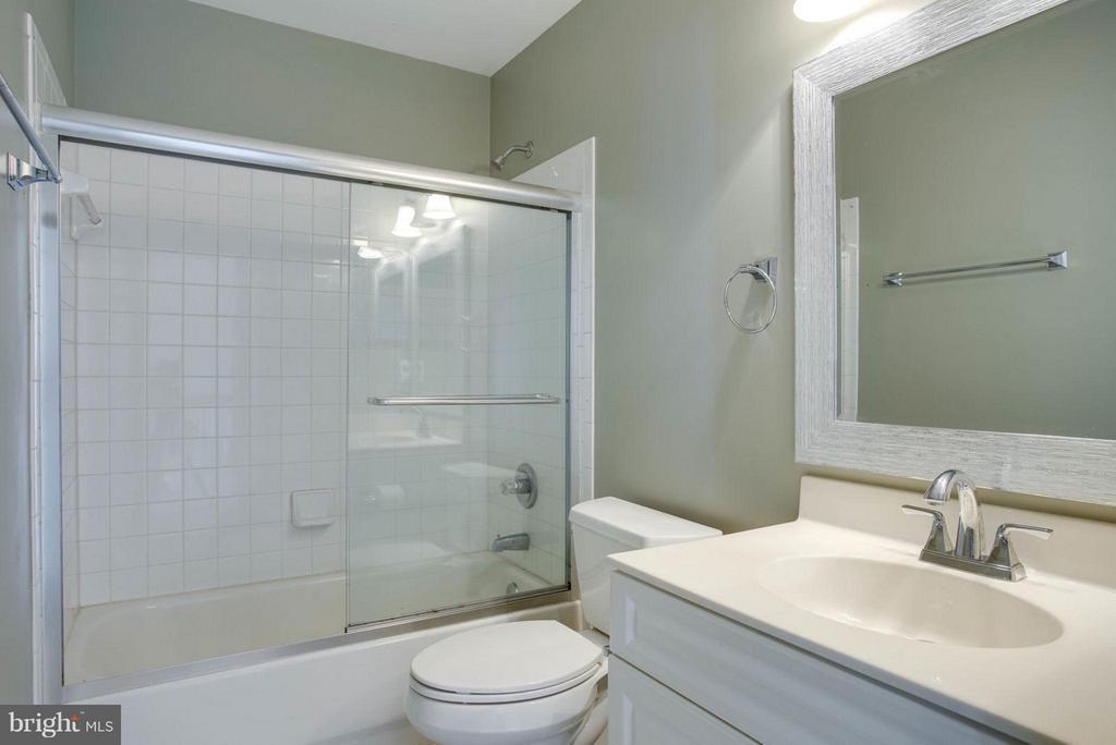 Bath - 7 DOUG CT, STAFFORD