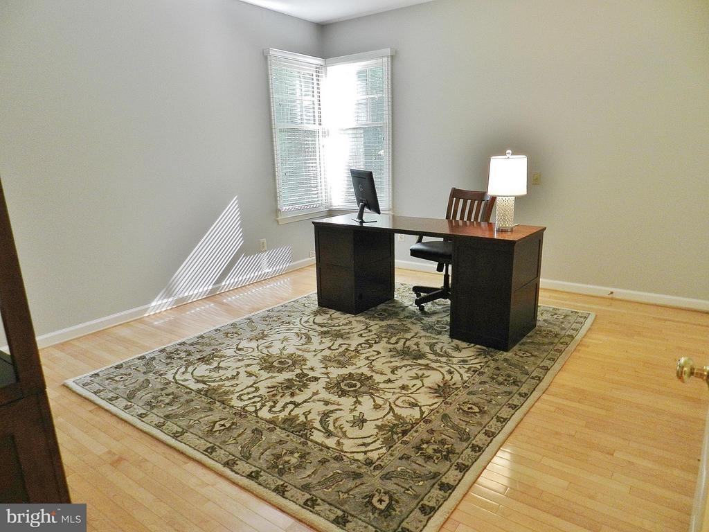Main Floor Office/Bedroom w. adjoining full bath - 9974 STONE VALE DR, VIENNA