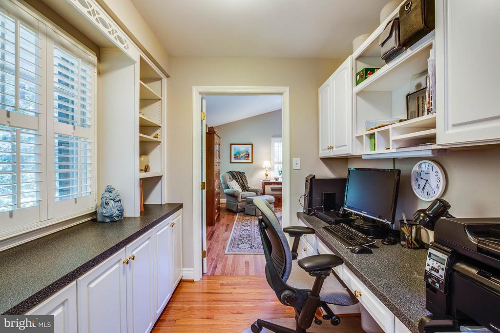 Convenient Office off of Kitchen - 214 TWIN LAKE DR, FREDERICKSBURG