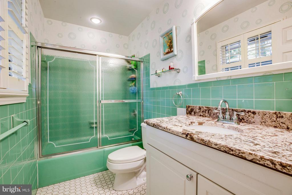 Full Bath in Bedroom #2 - 214 TWIN LAKE DR, FREDERICKSBURG