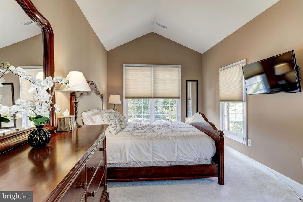 Bedroom w/private full bath and walk-in closet - 20258 ISLAND VIEW CT, STERLING