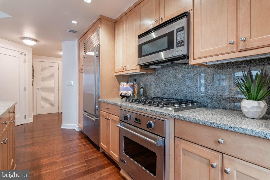 Kitchen with Viking & Sub Zero appliances - 1111 19TH ST N #1403, ARLINGTON