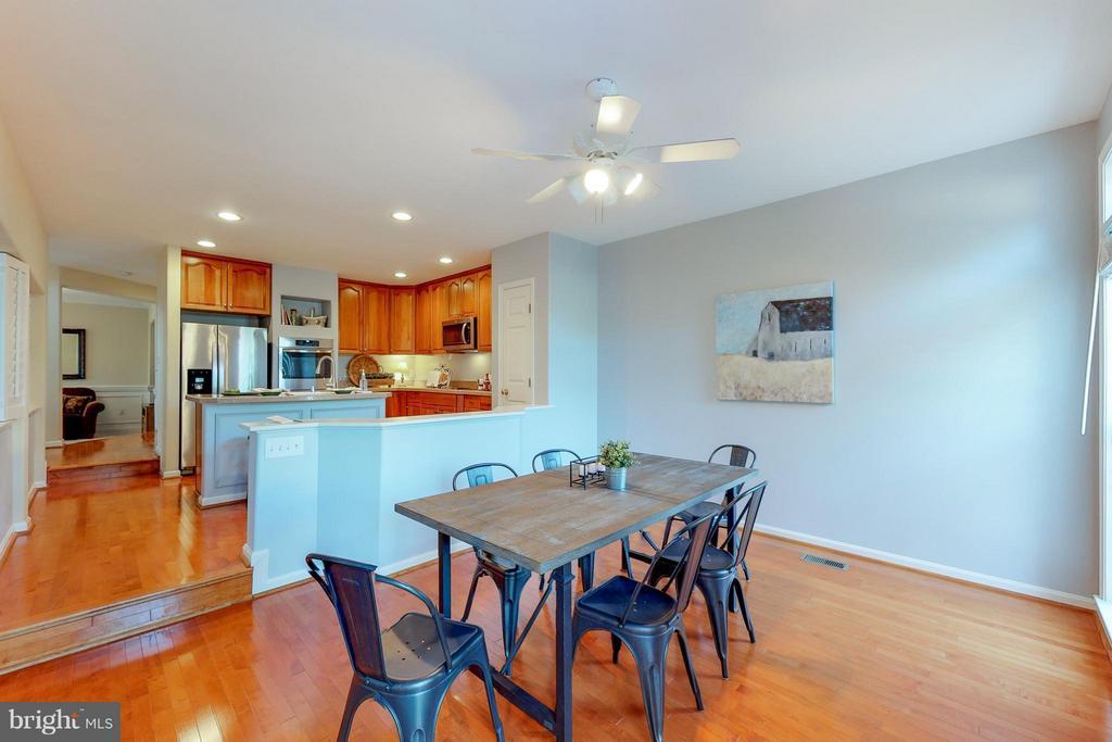 Dining Area off Kitchen with TV - 9800 BOLTON VILLAGE CT, FAIRFAX