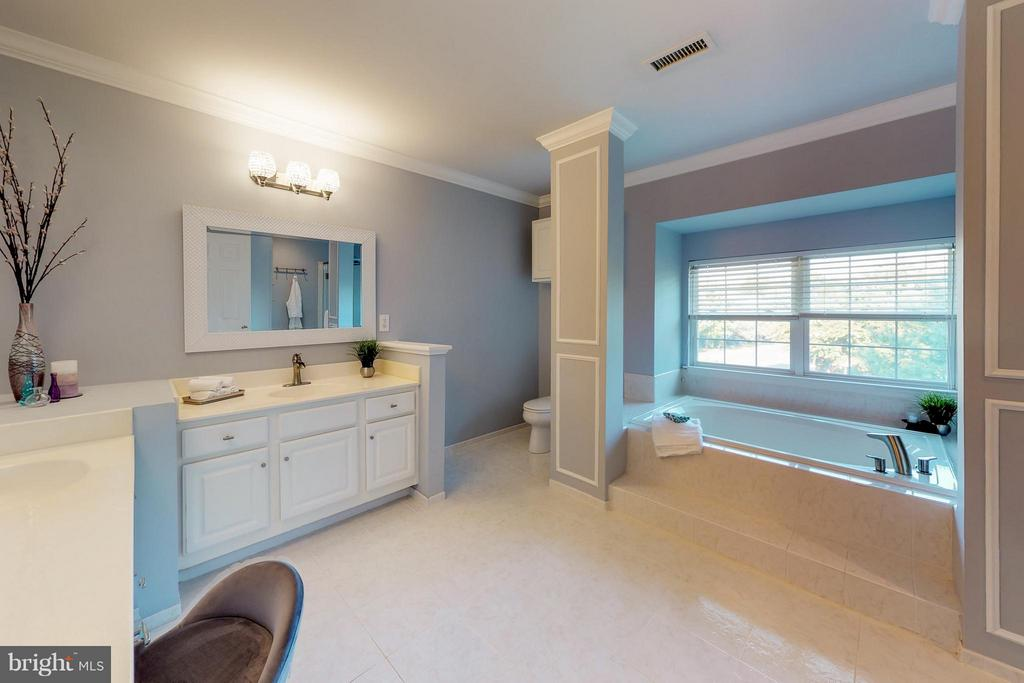 Crown Molding and Custom Tile Floors - 9800 BOLTON VILLAGE CT, FAIRFAX
