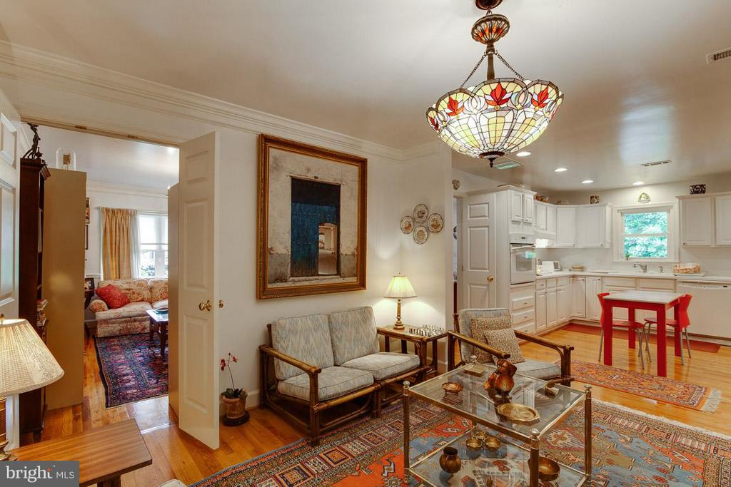 The flow is great for hosting dinner parties! - 7920 LEWINSVILLE RD, MCLEAN
