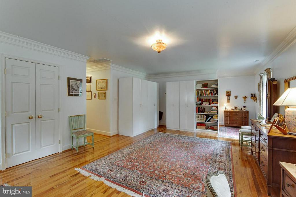 Oversized Master Bedroom - 7920 LEWINSVILLE RD, MCLEAN