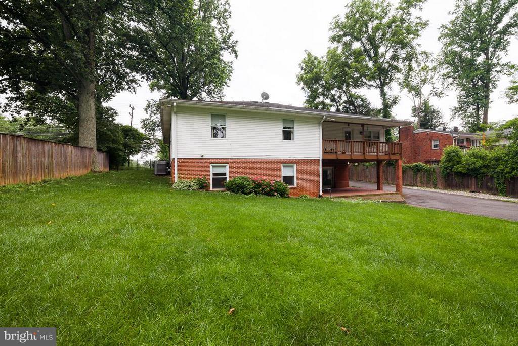 Flat private backyard - 7920 LEWINSVILLE RD, MCLEAN