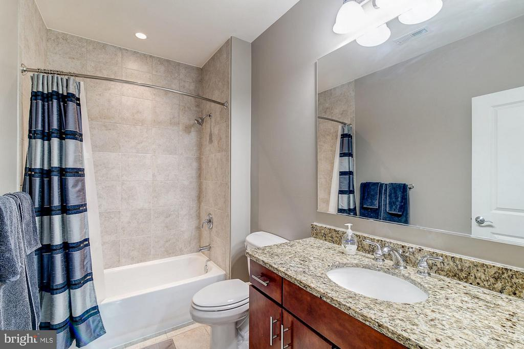 Stylish bathroom - 1023 ROYAL ST #306, ALEXANDRIA