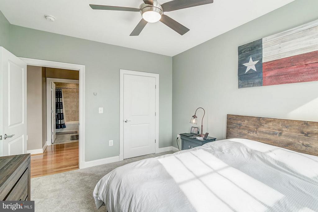 Excellent master bedroom layout - 1023 ROYAL ST #306, ALEXANDRIA