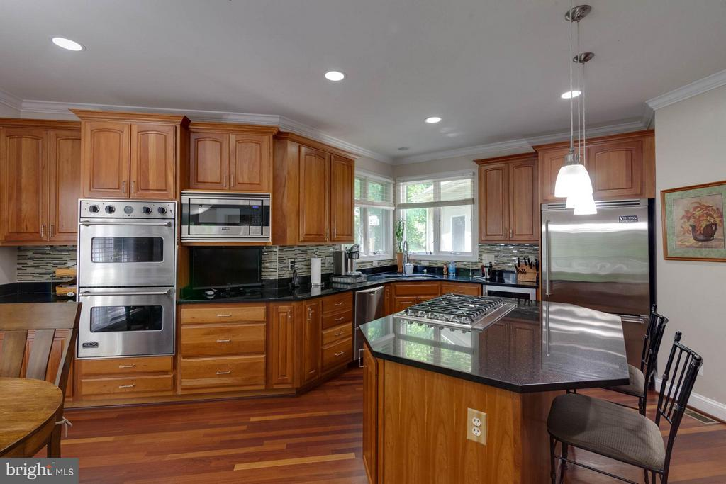 Custom Cabinets & All Viking appliances - 7111 TWELVE OAKS DR, FAIRFAX STATION