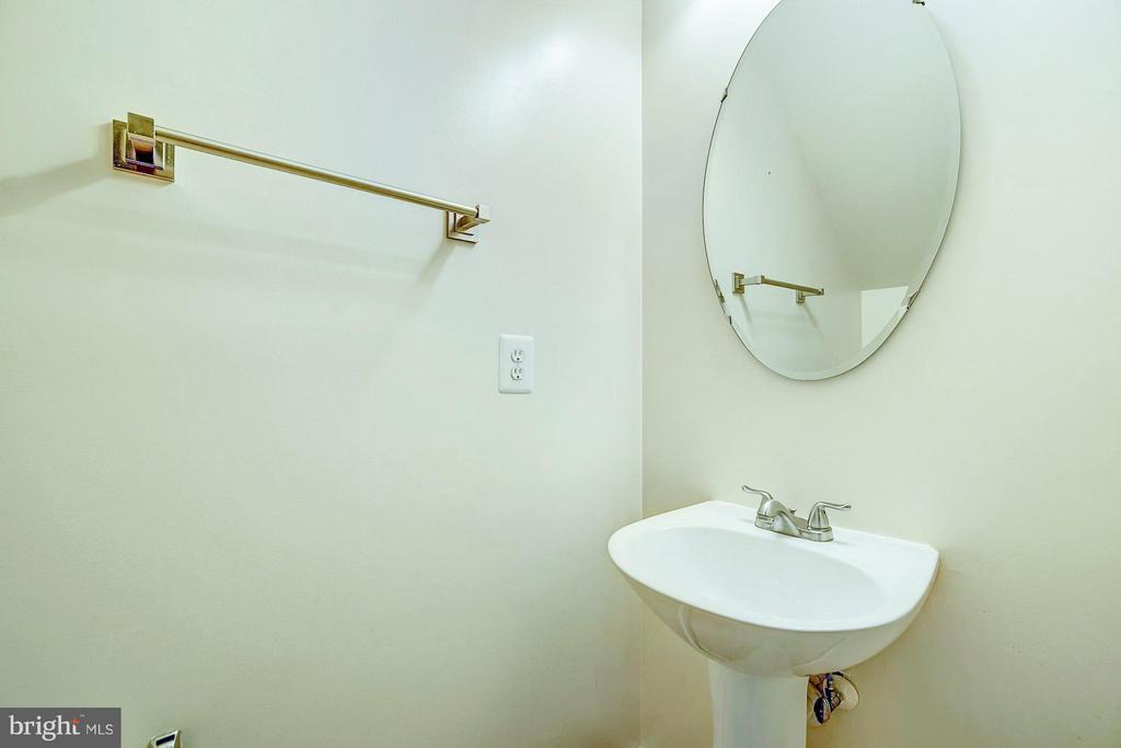 First floor powder room (bathrooms on all levels) - 4314 SUTLER HILL SQ, FAIRFAX