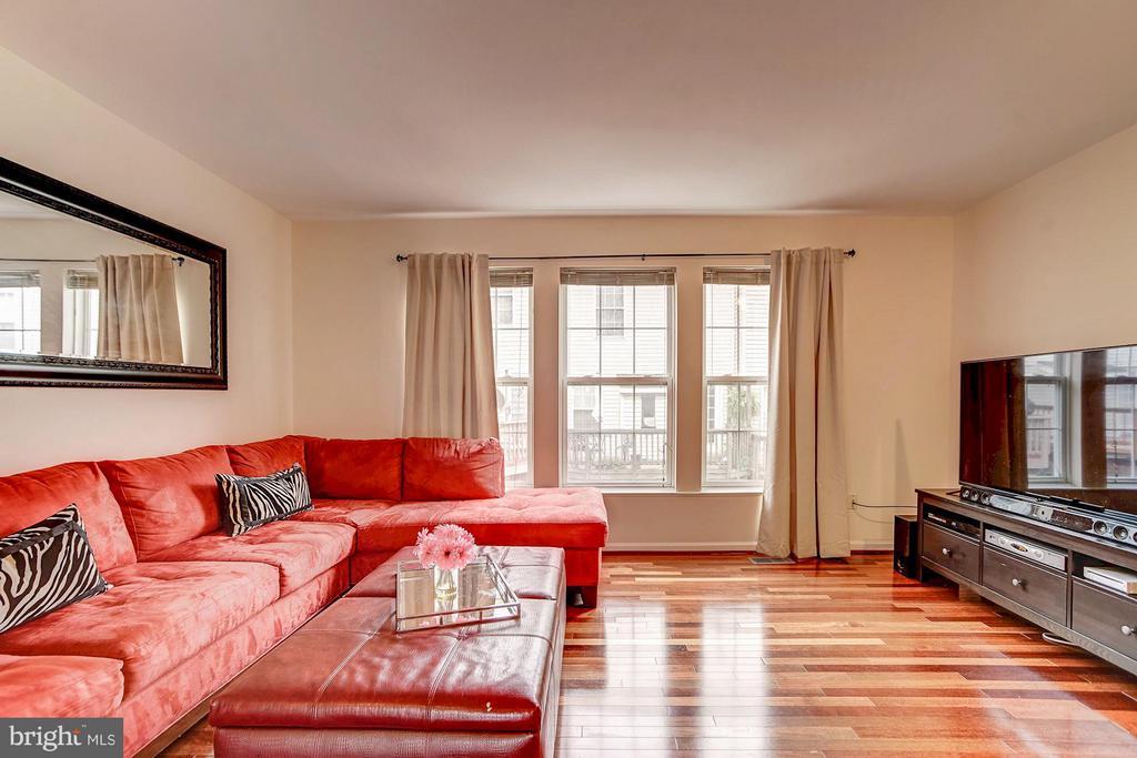 Beautiful hardwood floors and great natural light - 4314 SUTLER HILL SQ, FAIRFAX