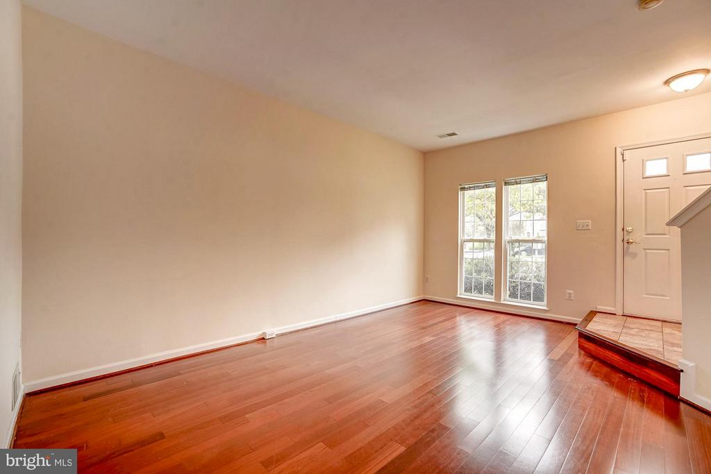 Large floor plan with excellent natural light - 4314 SUTLER HILL SQ, FAIRFAX
