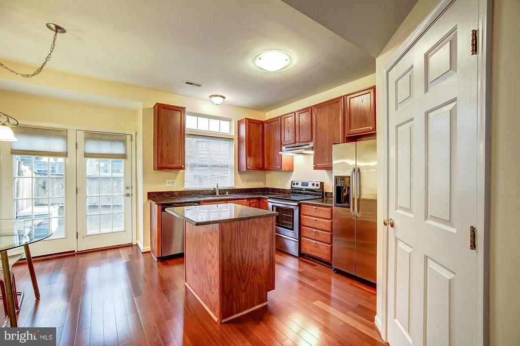 Gourmet kitchen w/ walk-in laundry room/pantry - 4314 SUTLER HILL SQ, FAIRFAX