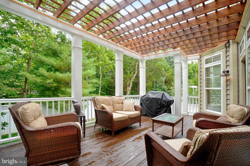 Deck with pergola - 42654 EXPLORER DR, ASHBURN