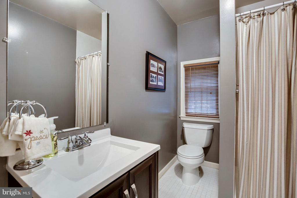Main level full bath - 3426 12TH RD N, ARLINGTON