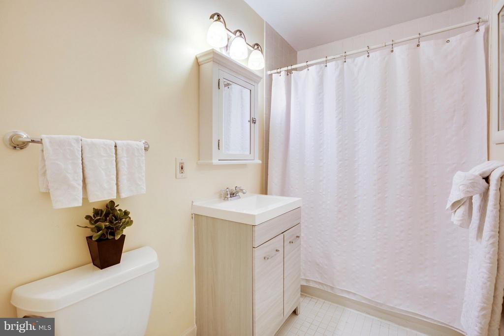 Upstairs full bath - 3426 12TH RD N, ARLINGTON