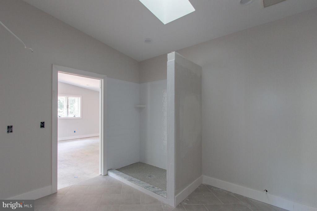 3rd bedroom bath - 6027 TULIP POPLAR CT, MANASSAS