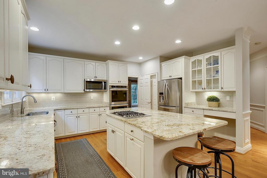 Kitchen Updated counters and cabinets - 306 SINEGAR PL, STERLING
