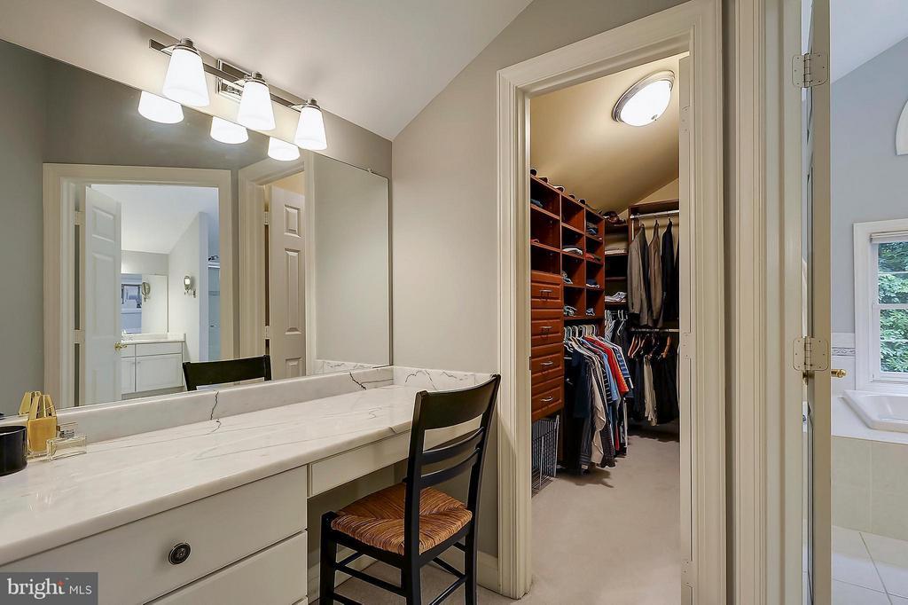 Master Vanity and custom closet - 306 SINEGAR PL, STERLING