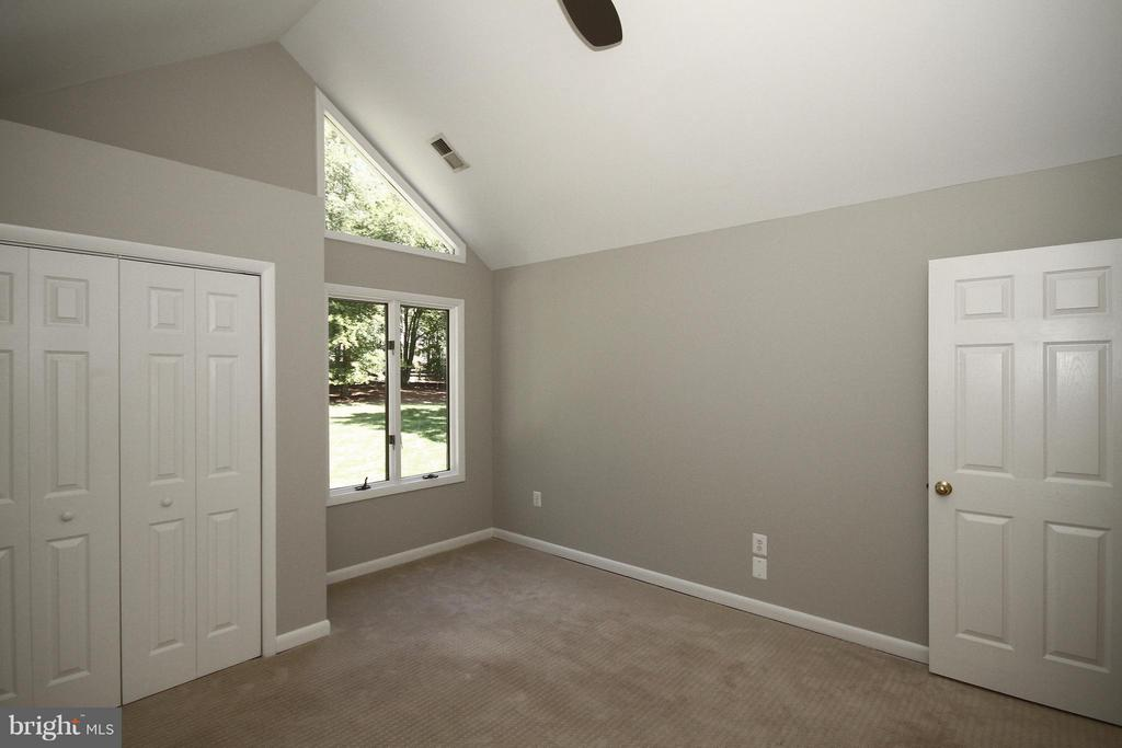 Bedroom 2 with vaulted ceiling - 10714 MILKWEED DR, GREAT FALLS