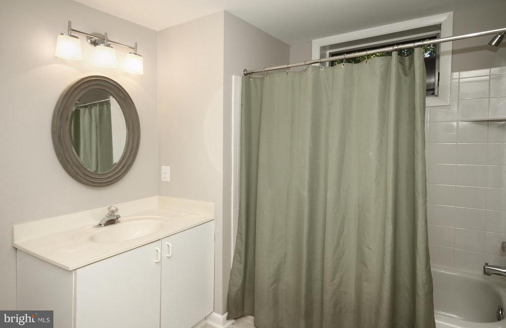Private, en suite Bath in Bedroom 4 - 10714 MILKWEED DR, GREAT FALLS