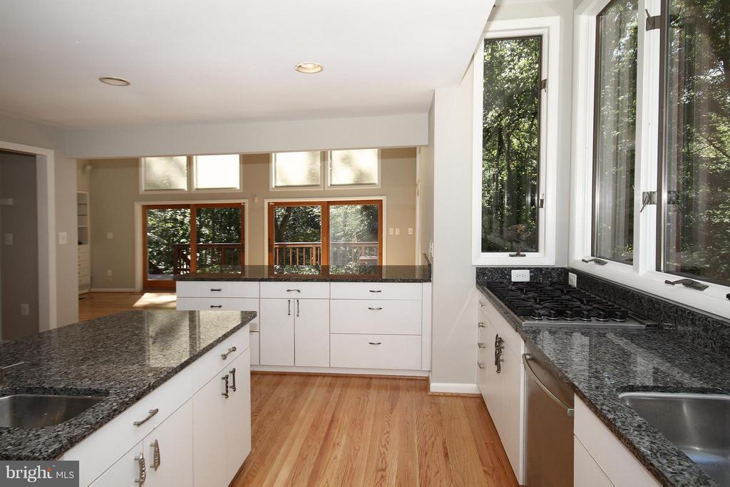 Gourmet Kitchen with spectacular woodland views - 10714 MILKWEED DR, GREAT FALLS