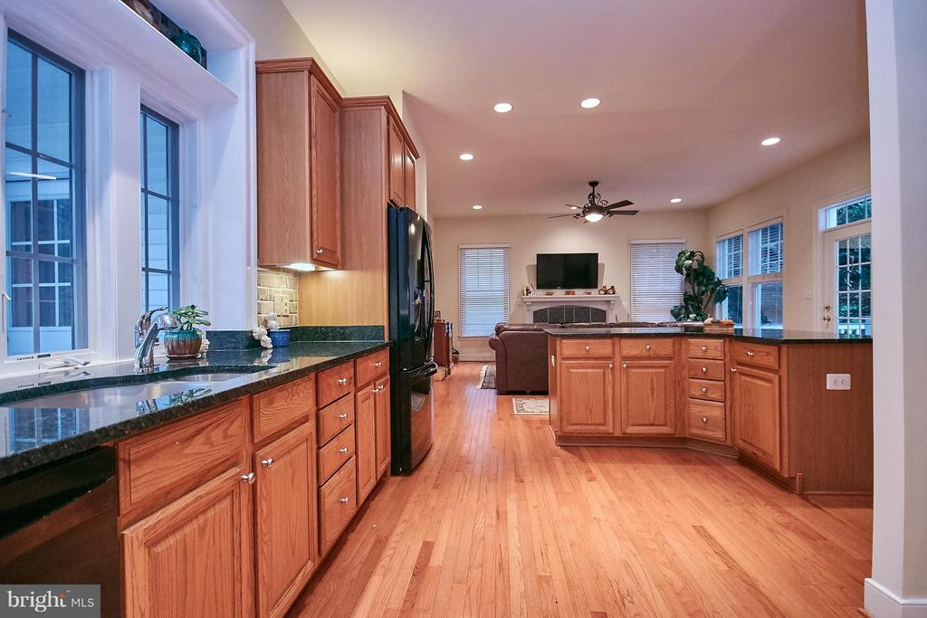 Kitchen w/ granite counters - 7224 FARR ST, ANNANDALE