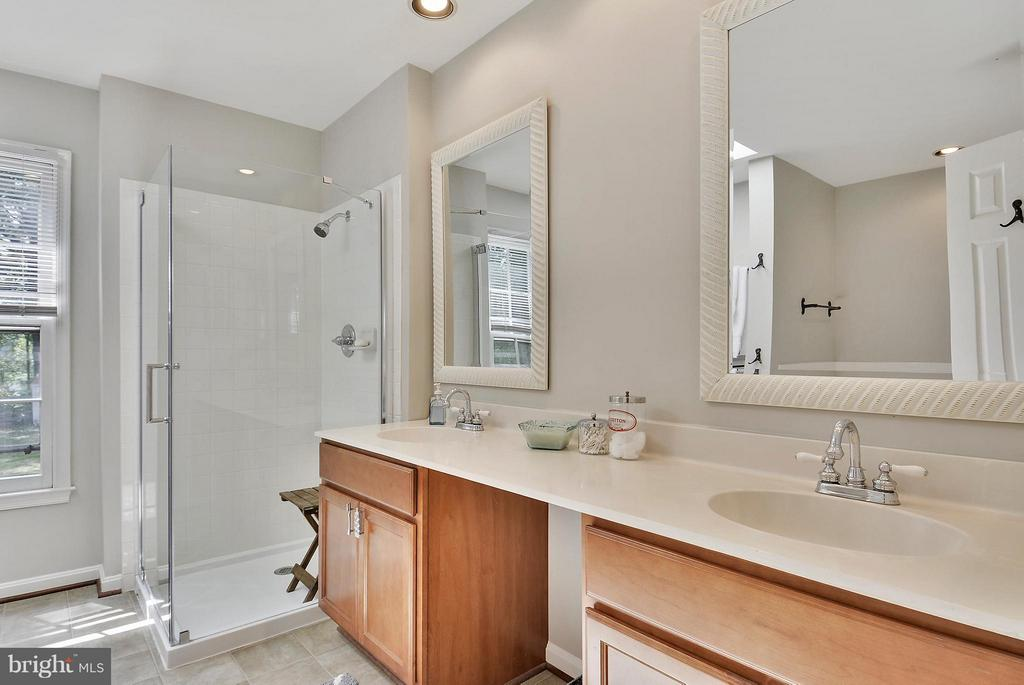 Updated Master Bathroom - 11112 LORAN RD, GREAT FALLS