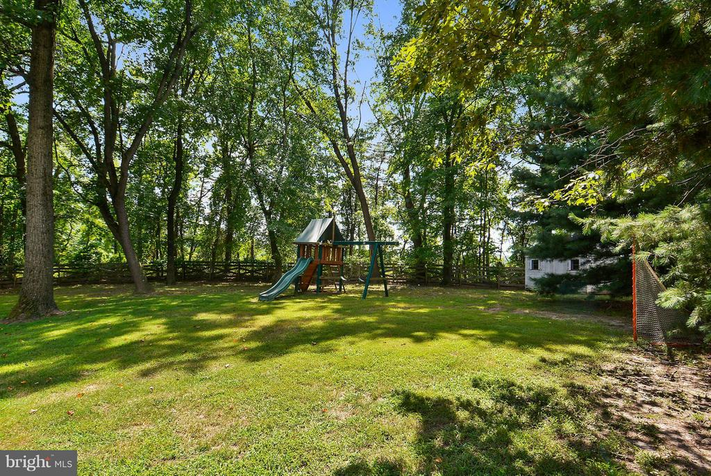 Large level backyard - 11112 LORAN RD, GREAT FALLS