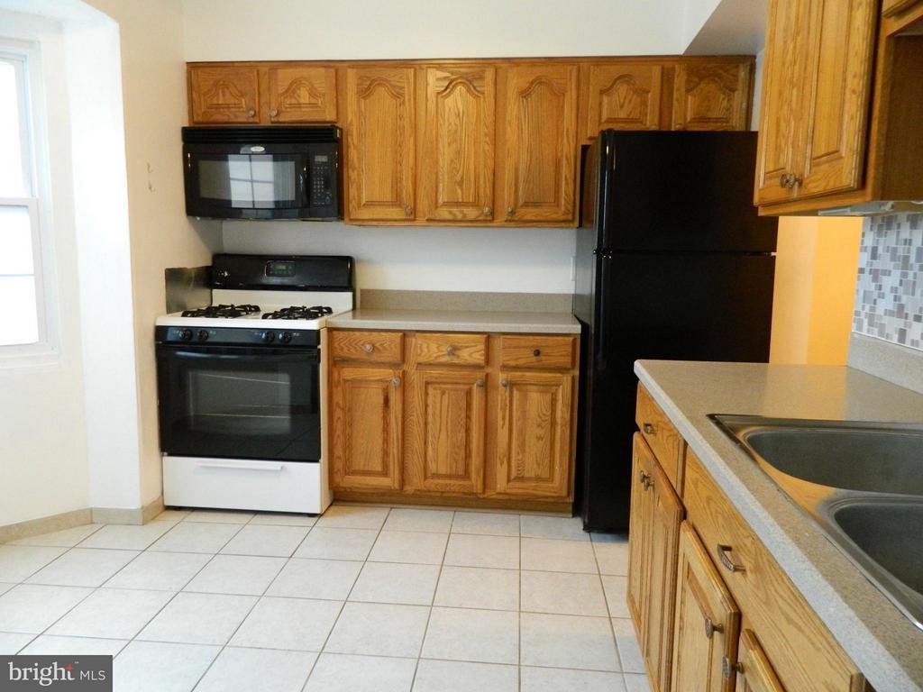 Oak Cabinets - 8005 COMMUNITY DR, MANASSAS