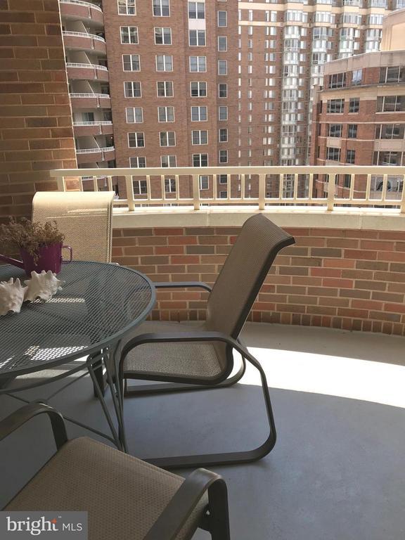 Private balcony. - 900 TAYLOR ST #1111, ARLINGTON