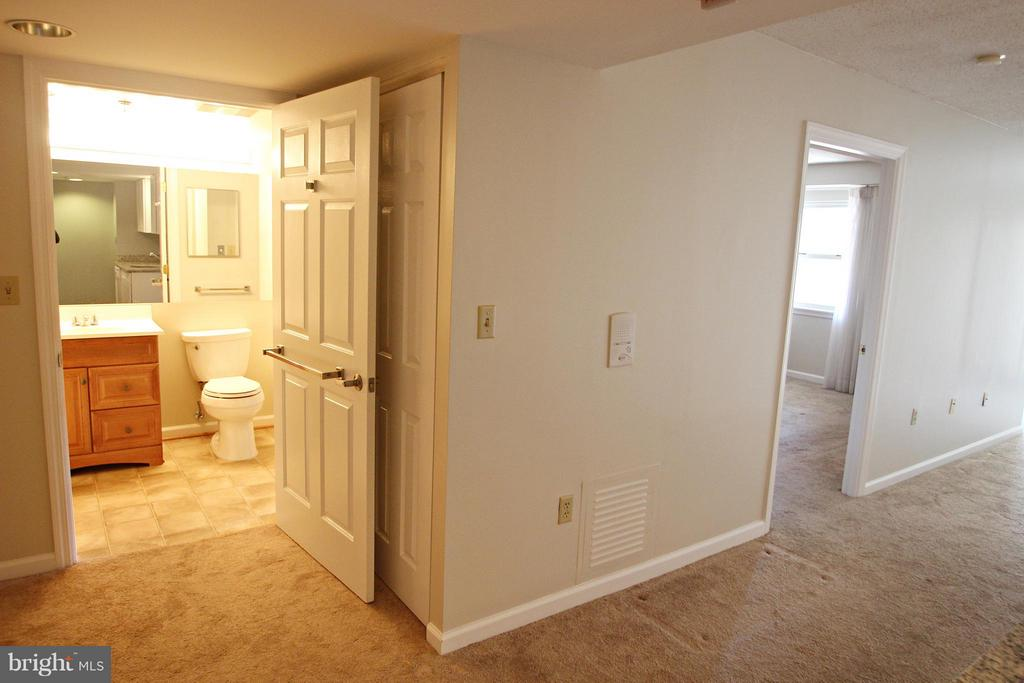 View toward Updated Bathroom from Entry - 900 TAYLOR ST #1111, ARLINGTON