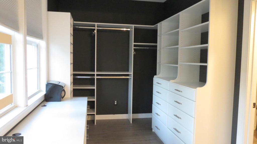 MBR Open Closet along with 2nd Huge W/I Closet - 42573 REGAL WOOD DR, ASHBURN