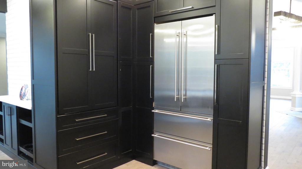 Huge Kitchen Pantry and Appliance Garage - 42573 REGAL WOOD DR, ASHBURN