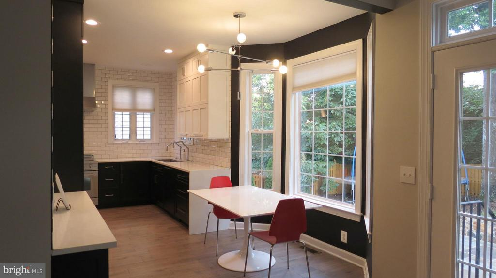 Bay Window in Eat In Area of Kitchen - 42573 REGAL WOOD DR, ASHBURN