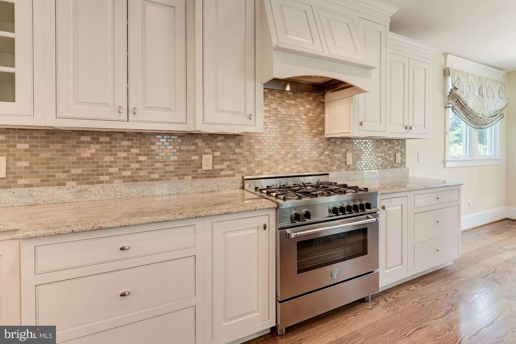 Professional-grade European appliances! - 508 25TH ST S, ARLINGTON