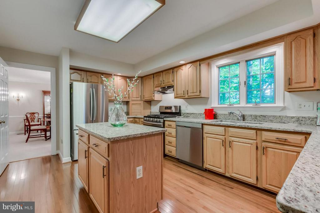 Stainless steel appliances and plenty of storage - 9879 HEMLOCK HILLS CT, MANASSAS