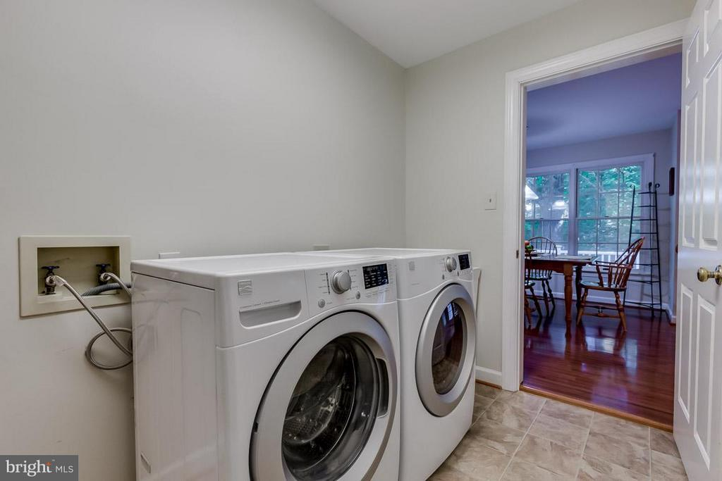 Mud/laundry room off garage and kitchen - 9879 HEMLOCK HILLS CT, MANASSAS